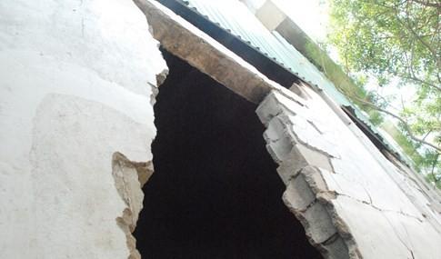 Gầm cầu vượt ngay trung tâm Sài Gòn bể nát các mảng tường bê tông - ảnh 4