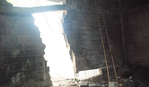 Gầm cầu vượt ngay trung tâm Sài Gòn bể nát các mảng tường bê tông - ảnh 6
