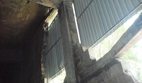 Gầm cầu vượt ngay trung tâm Sài Gòn bể nát các mảng tường bê tông - ảnh 7