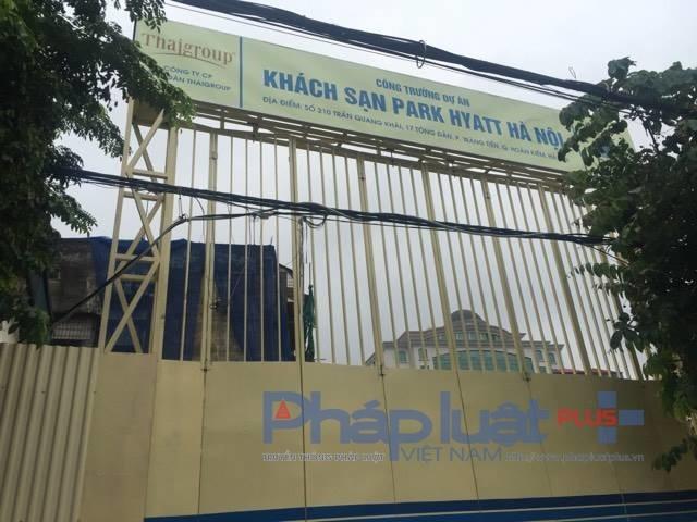 Tấm biển này đã minh chứng, một khách sạn hạng sang sẽ hiển hiện trong vài năm tới tại ô đất 210 Trần Quang Khải. Ảnh Thanh Bình