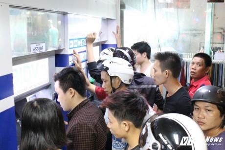 Bong dung mat 74 trieu dong trong DongA Bank: Khach sot ruot phan nan 'ngan hang cham tre' - Anh 2