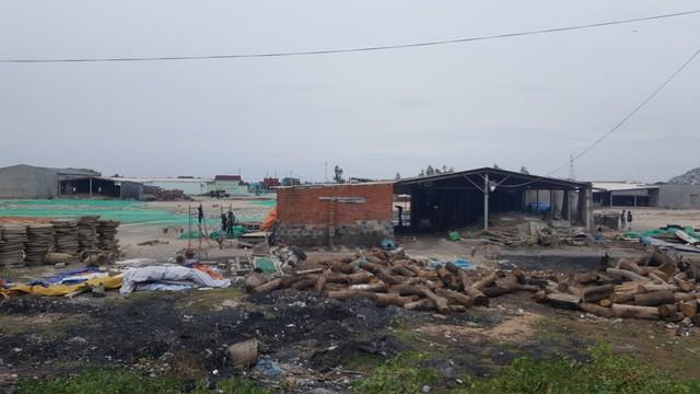Cuộc sống người dân khu vực này khá cơ cực, đa phần sống bám vào ngư trường và những lò gạch