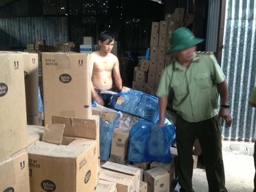 Đột kích kho mỹ phẩm lậu lớn nhất Sài Gòn - ảnh 5