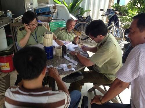 Đột kích kho mỹ phẩm lậu lớn nhất Sài Gòn - ảnh 2