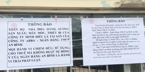 Nhóm người mặc trang phục vệ sĩ đến dán thông báo có đóng dấu của ngân hàng TMCP An Bình và cấm xe ra vào công ty Minh Hiếu. Ảnh: Phúc Hưng