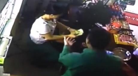 """Nhieu chu cua hang bi nguoi nuoc ngoai """"thoi mien"""" lay tien? - Anh 3"""