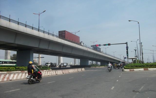 Ăn theo hạ tầng giao thông đang được đầu tư mở rộng, hàng loạt dự án chung cư lớn nhỏ đang gấp rút triển khai dọc các cung đường này, đặc biệt nhất là dọc tuyến metro
