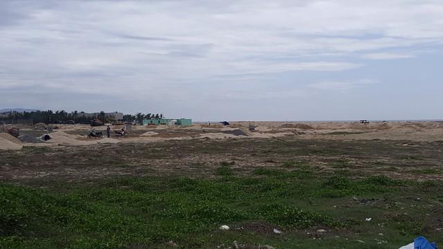 Dự án được tuyên bố là bán khá đắt, khách hàng đã mua gần hết, nhưng bao la vẫn là đất cát hoang vắng.