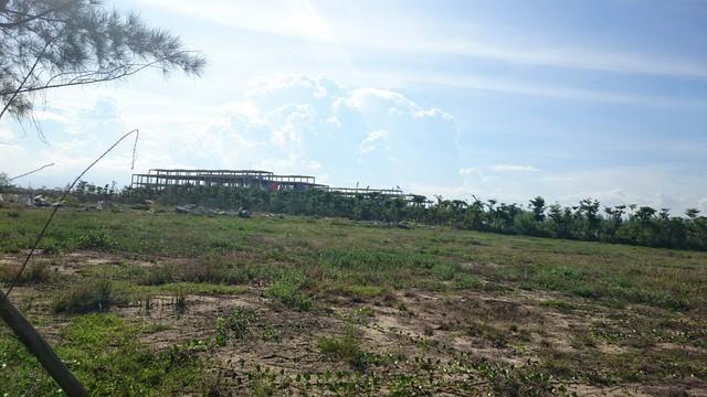 Mạt tiền dự án được dựng lên khá bắt mặt, nhưng bên trong vẫn còn ngổn ngang chưa được triển khai xây dựng.