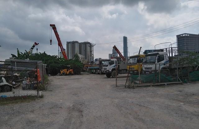 Trạm trộn bê tông hình thành trên đất dự án, phía giáp Đại lộ Thăng Long.