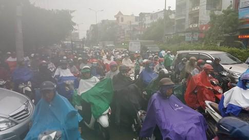 Sài Gòn mưa tầm tã sáng nay, người người khốn khổ - ảnh 7