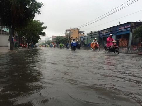 Sài Gòn mưa tầm tã sáng nay, người người khốn khổ - ảnh 10