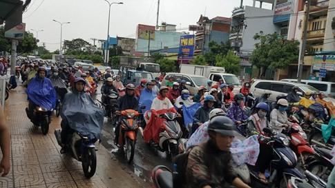 Sài Gòn mưa tầm tã sáng nay, người người khốn khổ - ảnh 9