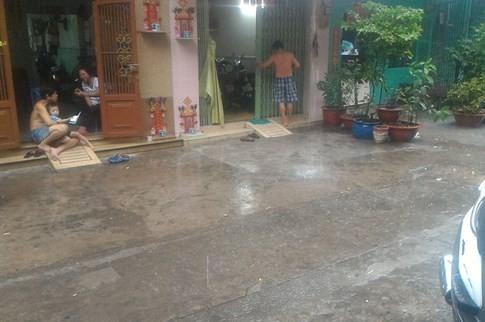 Sài Gòn mưa tầm tã sáng nay, người người khốn khổ - ảnh 15