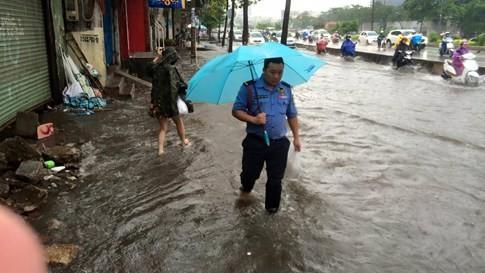 Sài Gòn mưa tầm tã sáng nay, người người khốn khổ - ảnh 2