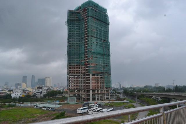 Dù đã hơn 8 năm sau ngày khởi công nhưng chỉ mới có một tòa tháp