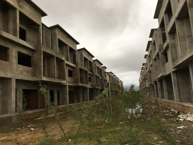 Những căn nhà xây thô xong rồi để đó hoang phế