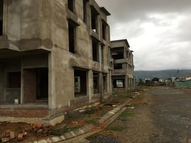 Các dãy nhà phố, biệt thự liền kề xây thô đang bị bỏ hoang