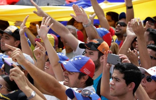 Người biểu tình Venezuela thể hiện rõ thái độ bất mãn với Tổng thống Maduro - Ảnh: Reuters.
