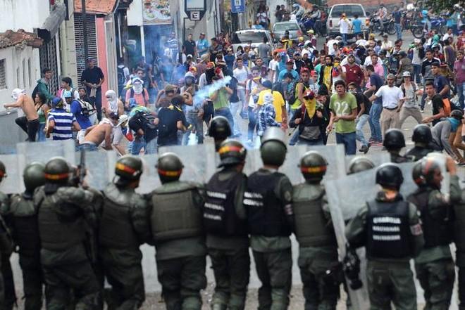 Các cuộc biểu tình phản đối Tổng thống đã diễn ra trên toàn quốc ở Venezuela sau khi kế hoạch trưng cầu dân ý nhằm phế truất ông Maduro bị Ủy ban Bầu cử Quốc gia đình chỉ cách đây ít hôm. Người biểu tình đổ ra đường theo lời kêu gọi của phe đối lập - Ảnh: Reuters.
