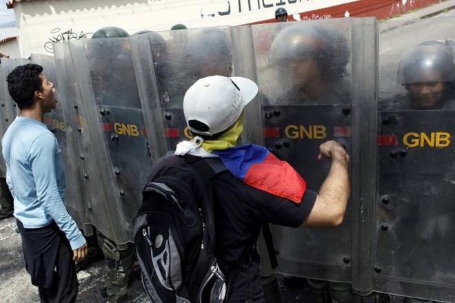 """Các cuộc biểu tình ở Venezuela ngày 26/10 có tên gọi """"Chiếm lấy Venezuela"""". Các đám đông biểu tình hô vang khẩu hiệu: """"Chính phủ này sẽ sụp đổ!"""" - Ảnh: Reuters."""