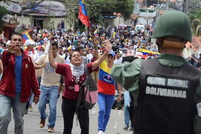 Lý do khiến người Venezuela trở nên bất mãn với Tổng thống Maduro xuất phát từ cuộc khủng hoảng kinh tế trầm trọng ở quốc gia Nam Mỹ này hiện nay. Hiện Venezuela cùng lúc đối đầu với siêu lạm phát, suy thoái kinh tế, thiếu nghiêm trọng hàng hóa và thuốc men, và dự trữ ngoại hối cạn dần - Ảnh: Reuters.