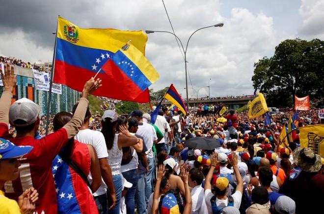 Nhằm cản trở biểu tình, nhà chức trách Venezuela đã chặn một số tuyến đường và đóng cửa một số nhà ga tàu điện ngầm dẫn tới thủ đô Caracas. Lo ngại rắc rối, nhiều công ty đã đóng cửa, trong khi không ít bậc cha mẹ cho con nghỉ học ở nhà - Ảnh: Reuters.</div> <div>