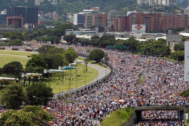 Phe đối lập kêu gọi đình công toàn quốc vào ngày thứ Sáu tuần này và một cuộc tuần hành đến dinh Tổng thống ở Caracas vào ngày 3/11 trừ phi Ủy ban Bầu cử Quốc gia cho phép tiến hành trưng cầu dân ý - Ảnh: Reuters.