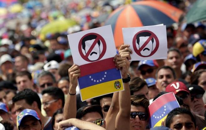 Người biểu tình phản đối Tổng thống Maduro ở Caracas, ngày 26/10 - Ảnh: Reuters.