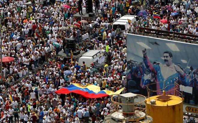 Phe đối lập cho rằng Tổng thống Maduro, một cựu tài xế xe bus, là một nhà lãnh đạo thiếu năng lực, đồng thời đổ lỗi cho những chính sách kinh tế sai lầm của ông gây ra cuộc khủng hoảng hiện nay ở Venezuela - Ảnh: Reuters.</div> <div>