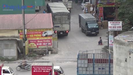 Ha Noi: Gam cau Vinh Tuy bi 'chia nam xe bay' - Anh 7