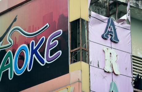 Bien quang cao bit kin quan karaoke, cua hang o Sai Gon - Anh 10