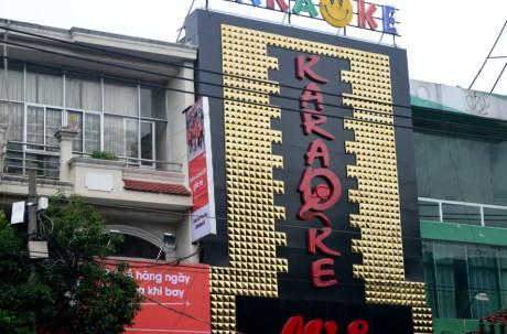 Bien quang cao bit kin quan karaoke, cua hang o Sai Gon - Anh 6