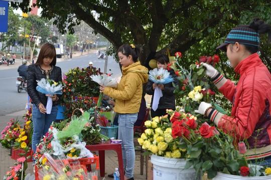 So với mọi năm, tại các ngã 4 gần trường học, sinh viên bán hoa rất nhiều. Nhưng năm này thì vắng bóng bởi khan hiếm và giá tăng cao nên bán ra không có lời.