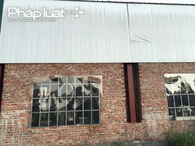 Thạch cao, tôn, gạch, sắt, thép là nguyên vật liệu để xây dựng phim trường.
