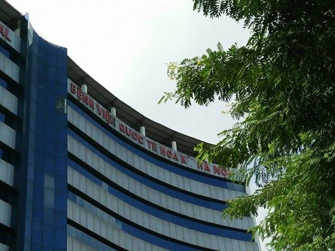 Bệnh viện chưa hoạt động mà bảng chữ tên bệnh viên đã bị rơi rụng