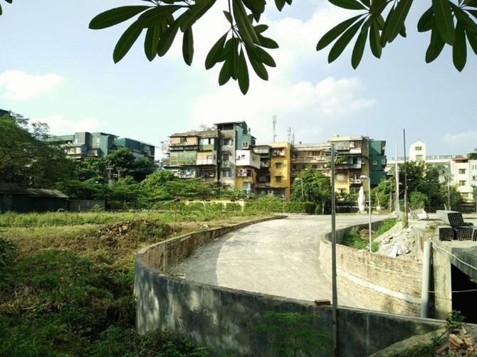 Nhìn bãi đất bỏ không gây lãng phí lớn, nhiều người dân trong khu vực rất bức xúc.