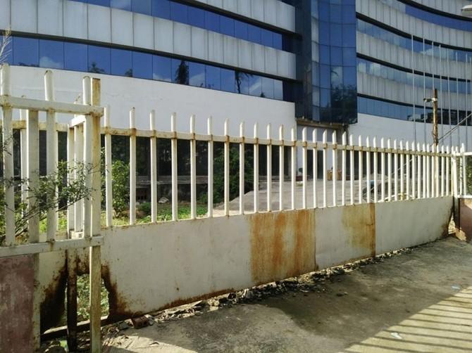 Cánh cổng đóng cửa im lìm đã gỉ sét theo thời gian
