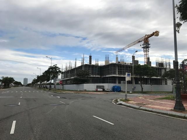 Dự án trung tâm thương mại này nằm trên 4 tuyến đường lớn, cách trung tâm hành chính thành phố khoảng 1km.