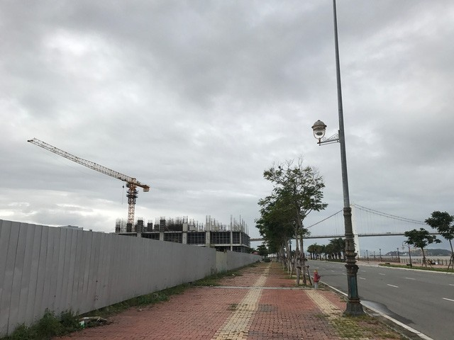 Dự án trải dài trên tuyến đường Như Nguyệt, bên cạnh cầu Thuận Phước.