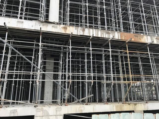 Công trình Khu phức hợp Trung tâm thương mại và căn hộ cao cấp tại lô đất số A1.12 đến A1.17 hiện đang xây dựng phần thân và đang đổ trụ tầng 3 dù chưa được cấp phép xây dựng.