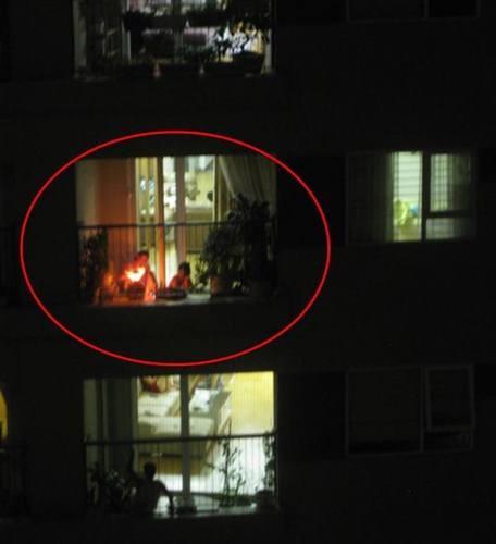 Hóa vàng, thắp hương rước 'bà hỏa' đốt cả chung cư