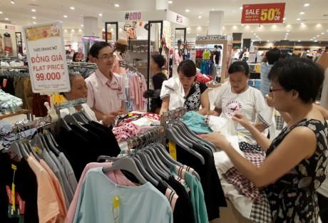Chen lan mua sam Tet duong lich tai Sai Gon - Anh 13
