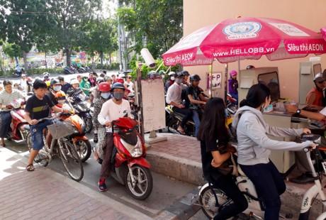 Chen lan mua sam Tet duong lich tai Sai Gon - Anh 1