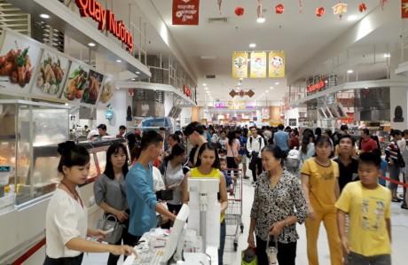 Chen lan mua sam Tet duong lich tai Sai Gon - Anh 2