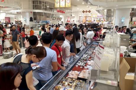 Chen lan mua sam Tet duong lich tai Sai Gon - Anh 3