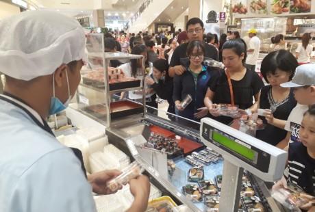 Chen lan mua sam Tet duong lich tai Sai Gon - Anh 9
