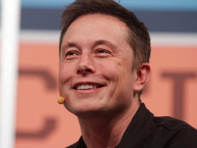 <b>6. SpaceX</b></div> <div><i>Mức vốn hóa: 12 tỷ USD</i></div> <div>Sau khi huy động được 1 tỷ USD vào tháng 1/2015, công ty công nghệ khai phá không gian SpaceX đạt mức vốn hóa 12 tỷ USD. Chưa đầy 1 năm sau đó, SpaceX ghi tên mình vào lịch sử bằng vụ phóng tên lửa Falcon 9 đưa một vệ tinh lên vũ trụ rồi quay trở lại trái đất an toàn. Vụ phóng và hạ cánh tên lửa thành công này cho thấy khả năng tái sử dụng những tên lửa đắt tiền, thay vì để tên lửa rơi xuống đại dương.</div> <div>Tuy nhiên, năm 2016 là một năm khó khăn hơn đối với SpaceX. Vào tháng 9, một tên lửa của công ty đã nổ tung khi phóng thử, phá hỏng vệ tinh mà Facebook dự định thuê. Sau đó, SpaceX đã trì hoãn việc đưa ra một hệ thống tên lửa mới, mạnh hơn có tên Falcon Heavy.</div> <div>Ảnh: CEO SpaceX, Elon Musk - Nguồn: AP.