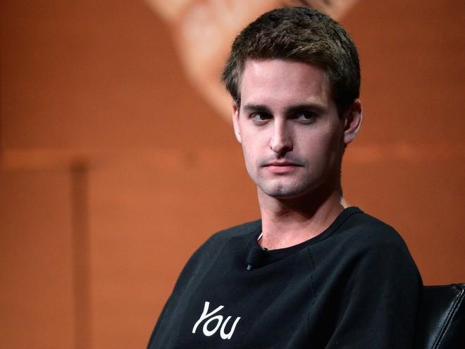 """<b>4. Snap</b></div> <div><i>Mức vốn hóa: 18,19 tỷ USD</i></div> <div>Tháng 11 vừa qua, công ty ứng dụng tin nhắn hình ảnh Snap, trước đây là Snapchat, âm thầm nộp hồ sơ IPO. Vụ IPO này có thể đưa giá trị vốn hóa của Snap lên mức 25 tỷ USD, thậm chí là 40 tỷ USD theo một số đánh giá. Một số thông tin gần đây nói Snap đặt mục tiêu huy động khoảng 4 tỷ USD vào đầu năm 2017.</div> <div>Snap có một bước chuyển lớn trong năm 201 6 khi trình làng loại kính gắn camera mang tên Spectacle. Động thái này đưa Snap vào thế giới phần cứng thay vì chỉ là một ứng dụng di động. Snap hiện giới thiệu mình là """"một công ty camera"""", nhưng ứng dụng Snapchat hiện vẫn là một trong những dịch vụ Internet tiêu dùng phổ biến nhất, thách thức Facebook, Twitter, và Google trong cuộc đua giành quảng cáo.</div> <div>Snap từng tuyên bố kỳ vọng đạt 250-350 triệu doanh thu quảng cáo trong năm 2016.</div> <div>Ảnh: CEO Snap Evan Spiegel - Nguồn: Getty."""