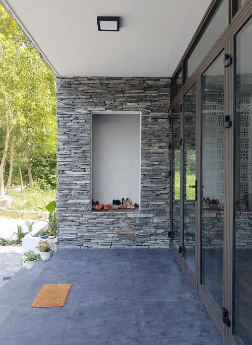 Để có sản phẩm hoàn hảo này anh Hùng đã mất rất nhiều công sức đi khắp các tỉnh để chọn loại đá mà anh thích sau đó xẻ thành những viên nhỏ dày 3-4cm ốp ở khu mặt tiền ngôi nhà.